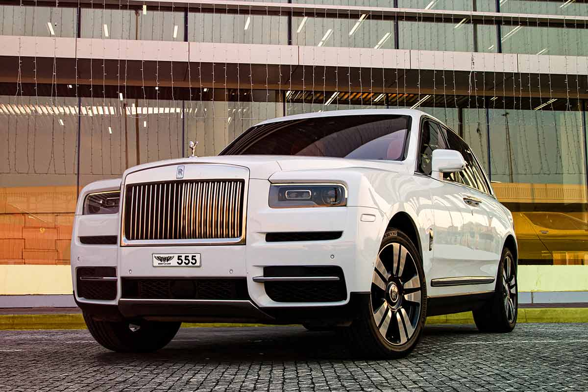 rent a Rolls-Royce Cullinan in dubai front photo - luxury car rental in dubai